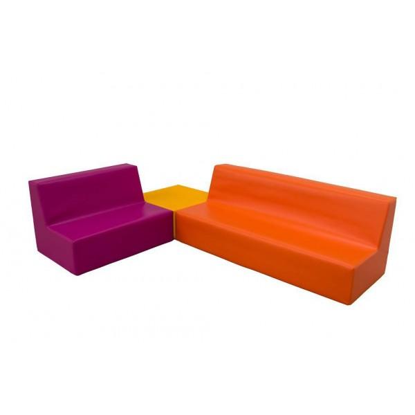 ensemble avec une table et deux canap s en mousse. Black Bedroom Furniture Sets. Home Design Ideas